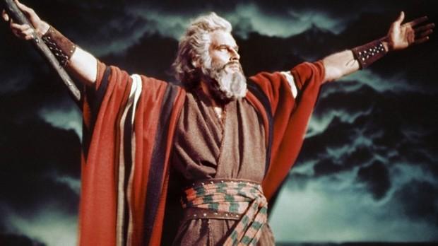 Charlton Heston interpreta Moisés no filme