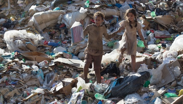 cena-de-trash---a-esperanca-vem-do-lixo-1412715823897_956x500
