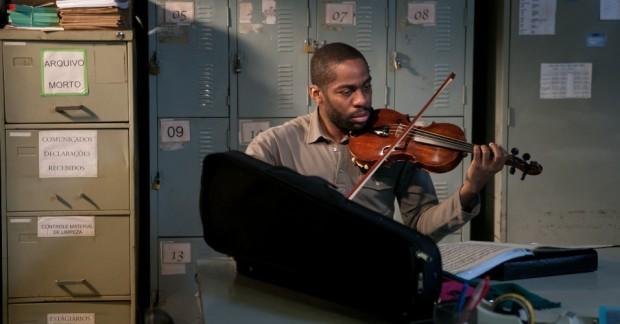 lazaro-ramos-vive-laerte-professor-que-ensina-musica-classica-a-jovens-de-heliopolis-em-tudo-que-aprendemos-juntos-1444413313460_956x500