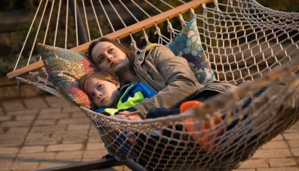 Mãe e filho passam por dificuldades de adaptação ao novo mundo