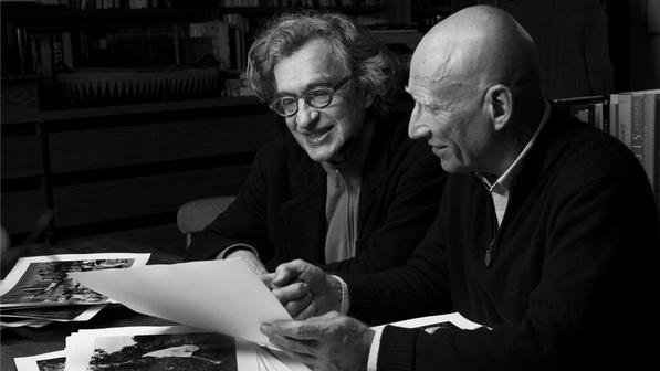 O-cineasta-Wim-Wenders-e-o-fotografo-Sebastiao-Salgado-em-cena-do-documentario-O-Sal-da-Terra--size-598