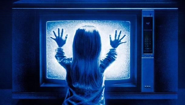 A pequena Carol Anne some dentro da televisão e fica se comunicando com a família através dela.