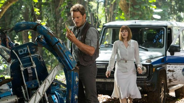 jurassic-world-still-with-chris-pratt-and-bryce-dallas-howard